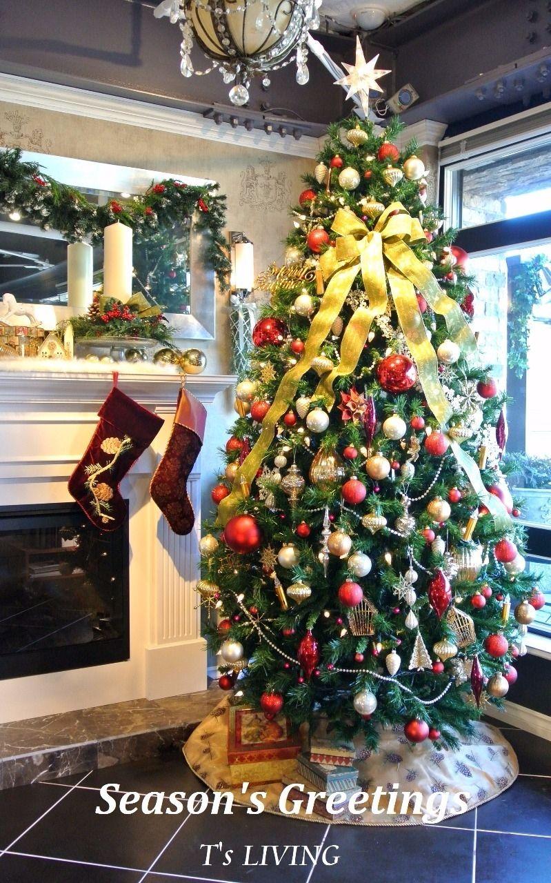 暖炉の横にクリスマスツリー!鉄板ですね!