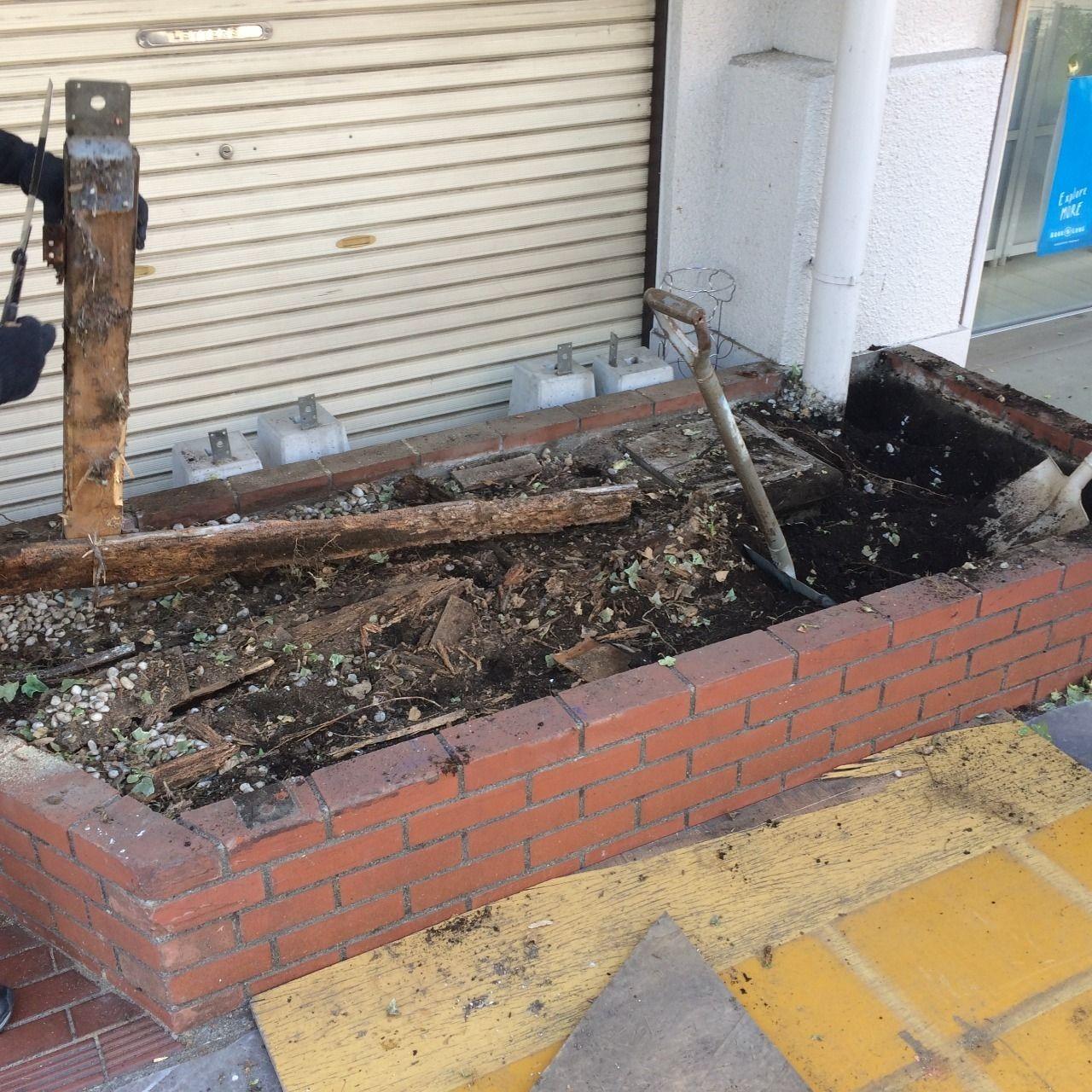 クーパーズ不動産の店先の花壇の土を搬出