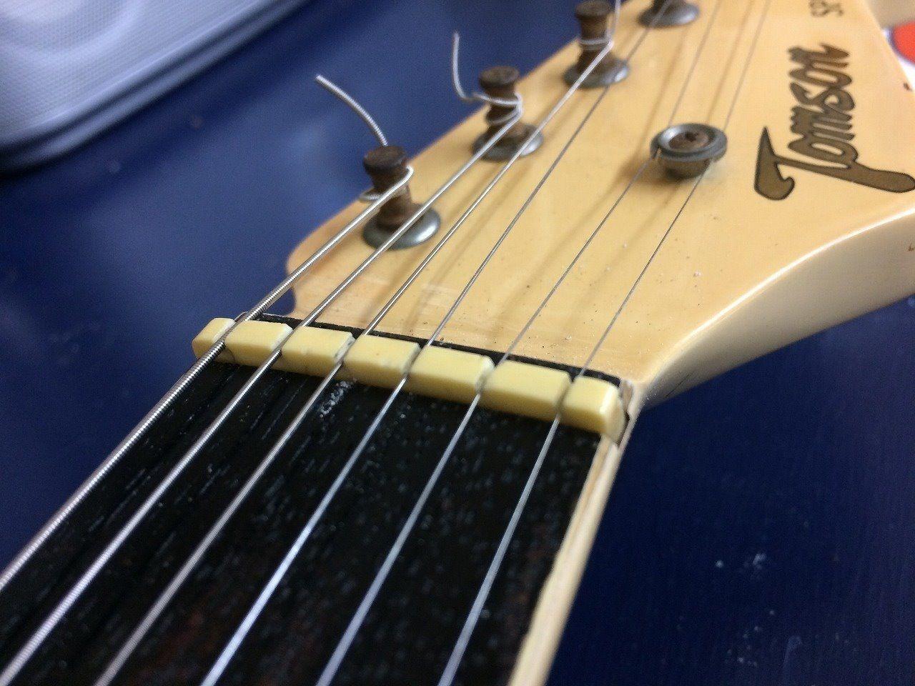 ナットの溝切りしたので、弦が埋まってしまう・・。