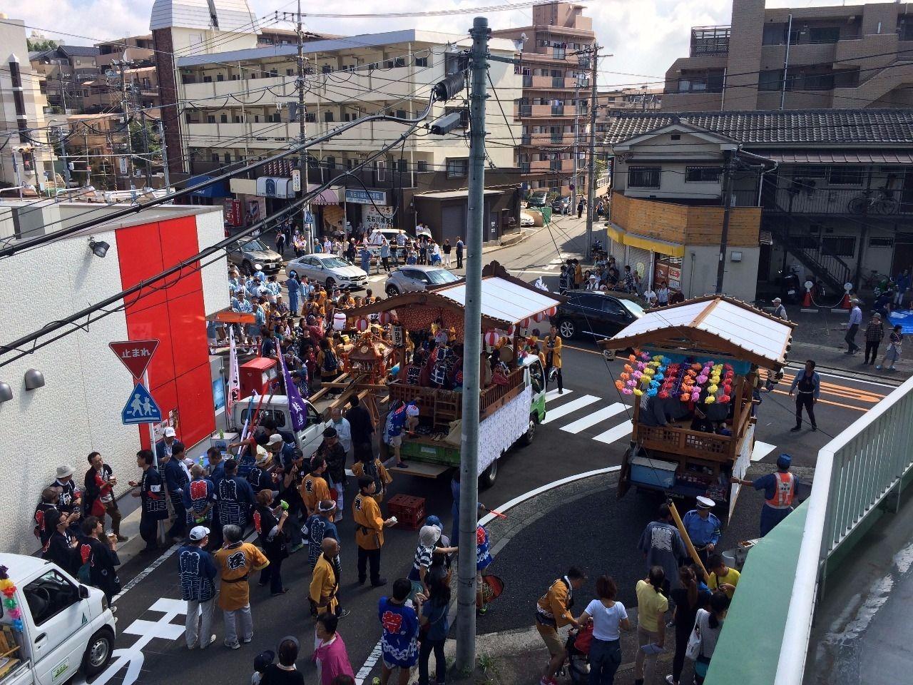 ミニスーパー佐登屋さん前です。平川神社(横浜市青葉区美しが丘4丁目)の秋祭りの様子です。