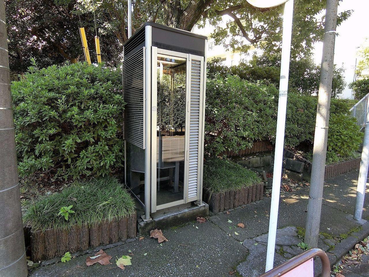 たまプラーザ団地4-4号棟の電話ボックス(美しが丘1丁目19-2)
