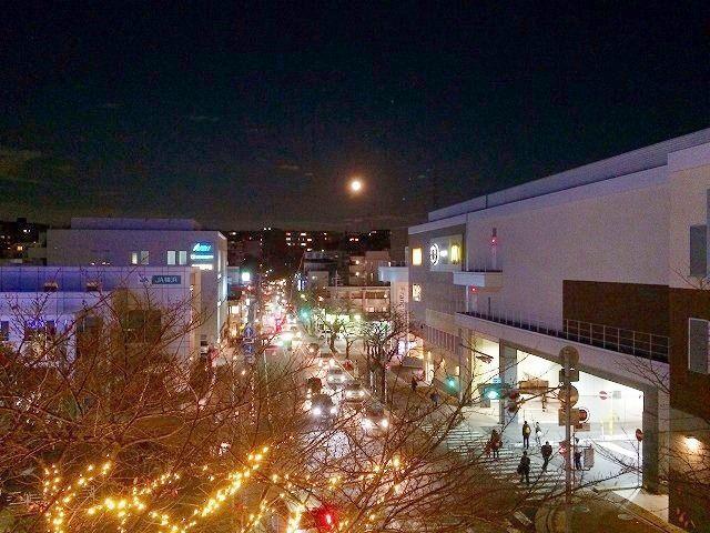 たまプラーザ駅前(北口) 鷺沼方向に満月!2014年 クリスマスのたまプラーザ